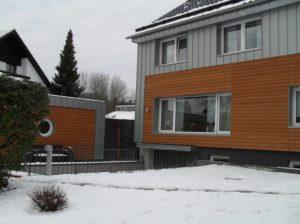 haus mit Holzfassade im Winter