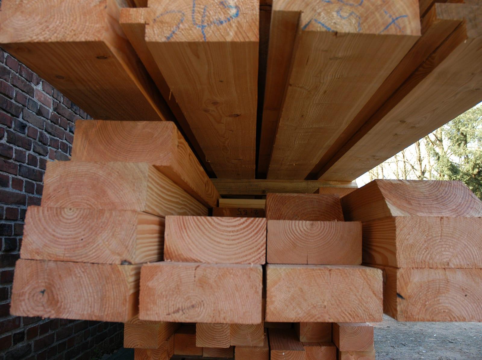 Stapel von Holzblöcken der Zimmerei Pitzer