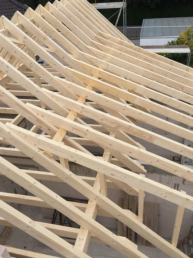 Rahmen eines Daches aus Holz gebaut durch die Zimmerei Pitzer