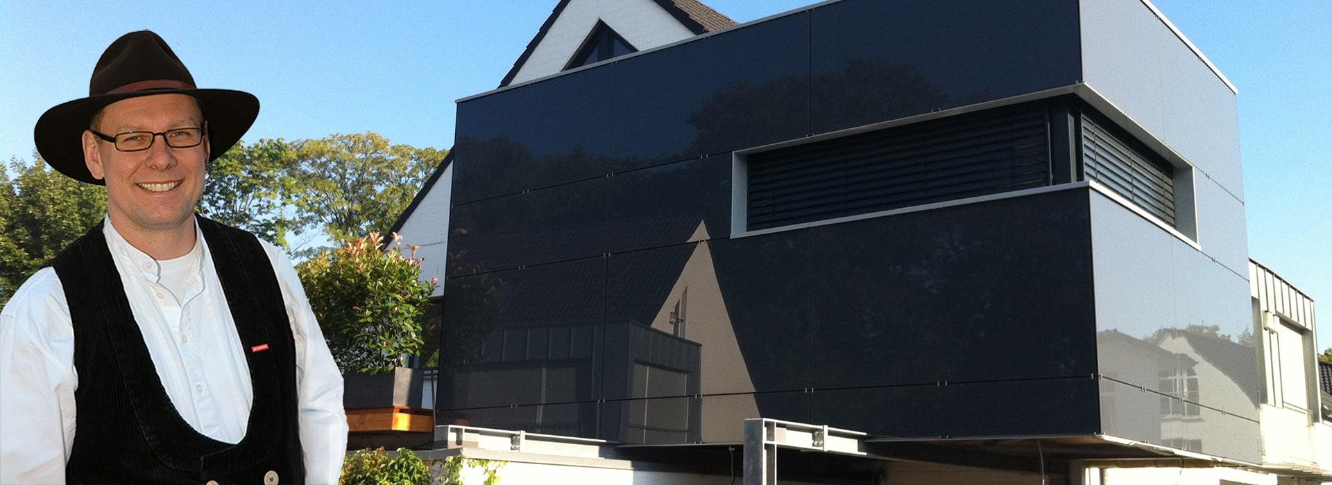 Modernes Haus mit Herrn Pitzer von der Zimmerei Pitzer im Vordergrund